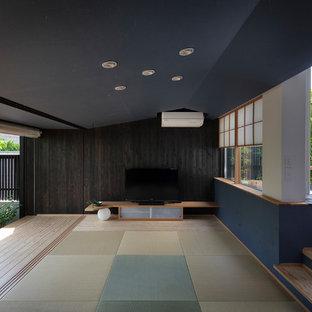 福岡のアジアンスタイルのおしゃれなLDK (黒い壁、淡色無垢フローリング、ベージュの床) の写真