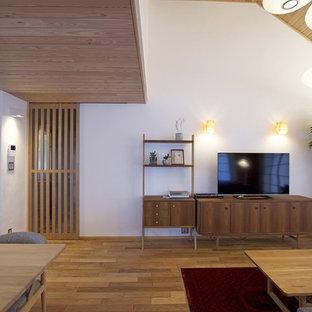 福岡の中くらいの北欧スタイルのおしゃれなLDK (白い壁、無垢フローリング、暖炉なし、据え置き型テレビ、茶色い床) の写真