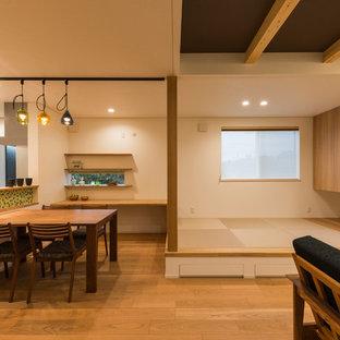 他の地域の中サイズのモダンスタイルのおしゃれなLDK (白い壁、合板フローリング、暖炉なし、据え置き型テレビ、茶色い床) の写真