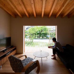 Ejemplo de salón con rincón musical abierto, moderno, pequeño, con paredes blancas, suelo de madera en tonos medios, televisor independiente y suelo marrón