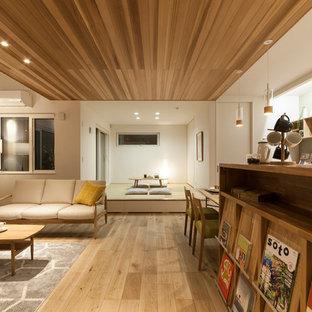 他の地域のモダンスタイルのおしゃれなLDK (白い壁、無垢フローリング、茶色い床) の写真