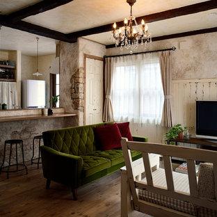 他の地域のトラディショナルスタイルのおしゃれなLDK (マルチカラーの壁、無垢フローリング、据え置き型テレビ、茶色い床) の写真