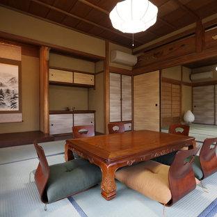 Diseño de salón asiático con paredes marrones, tatami y suelo verde