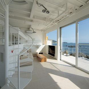 横浜のビーチスタイルのおしゃれなリビング (白い壁、壁掛け型テレビ、セラミックタイルの床、暖炉なし) の写真