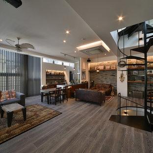 東京23区の広いインダストリアルスタイルのおしゃれなリビング (白い壁、グレーの床) の写真
