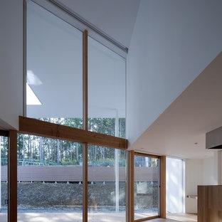 大阪の中サイズのモダンスタイルのおしゃれなLDK (白い壁、無垢フローリング、暖炉なし、据え置き型テレビ、オレンジの床) の写真