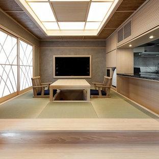 和風のおしゃれなLDK (マルチカラーの壁、畳、暖炉なし、壁掛け型テレビ、緑の床) の写真