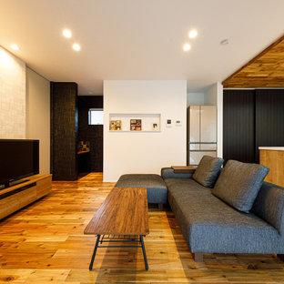 Inspiration för ett mellanstort funkis allrum med öppen planlösning, med ett finrum, vita väggar, mörkt trägolv, en fristående TV och rosa golv