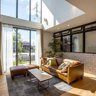 名古屋のトランジショナルスタイルのおしゃれなリビング (白い壁、無垢フローリング、据え置き型テレビ、茶色い床) の写真