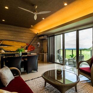 他の地域のビーチスタイルのリビング・居間の画像 (茶色い壁、ベージュの床)