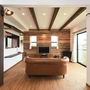 東京都下の広いアジアンスタイルのおしゃれなリビング (白い壁、無垢フローリング、暖炉なし、木材の暖炉まわり、据え置き型テレビ、茶色い床) の写真