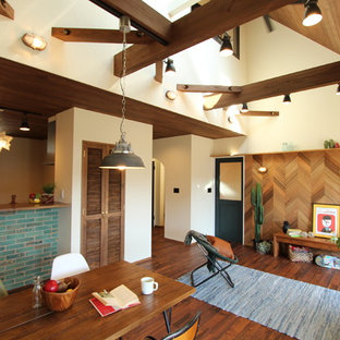 他の地域のミッドセンチュリースタイルのおしゃれなLDK (白い壁、濃色無垢フローリング、茶色い床) の写真