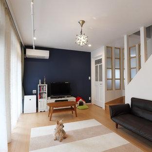 東京23区の中サイズのモダンスタイルのおしゃれなLDK (白い壁、合板フローリング、暖炉なし、据え置き型テレビ、ベージュの床) の写真