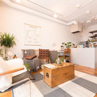 東京23区の小さいモダンスタイルのおしゃれなLDK (白い壁、無垢フローリング、茶色い床) の写真