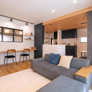 Idées déco pour un salon scandinave ouvert avec un mur blanc, un sol en bois brun, aucune cheminée, un téléviseur indépendant, un sol marron, un plafond en papier peint et du papier peint.