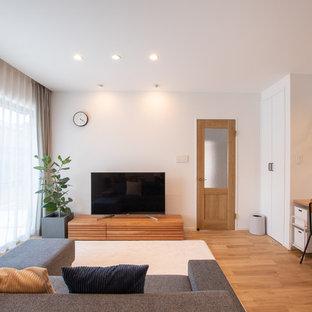 他の地域の北欧スタイルのおしゃれなLDK (白い壁、無垢フローリング、茶色い床、暖炉なし、据え置き型テレビ、クロスの天井、壁紙) の写真