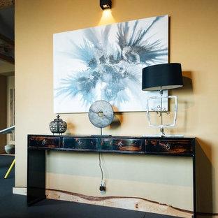 Diseño de salón para visitas abierto, asiático, grande, con paredes beige, tatami, chimenea de doble cara, marco de chimenea de madera y suelo negro