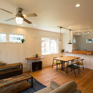 他の地域の中くらいのカントリー風おしゃれなLDK (白い壁、無垢フローリング、茶色い床) の写真