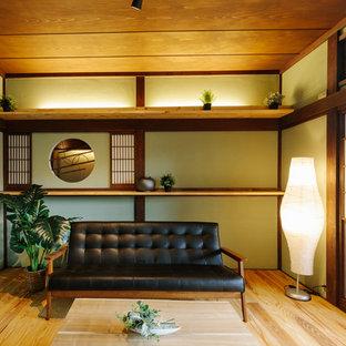 他の地域の和風のおしゃれなリビング (緑の壁、無垢フローリング、テレビなし、ベージュの床) の写真