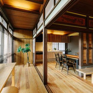 Foto di un soggiorno etnico con pareti marroni, pavimento in legno massello medio, nessun camino e pavimento beige
