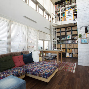 東京23区のエクレクティックスタイルのおしゃれなリビング (白い壁、濃色無垢フローリング、茶色い床) の写真