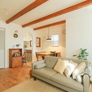 Modelo de salón asiático con paredes blancas, suelo de madera en tonos medios y suelo marrón