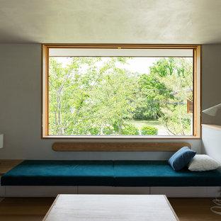 Ispirazione per un soggiorno etnico con pareti bianche e pavimento in legno massello medio