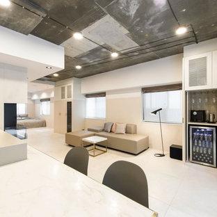 東京23区のインダストリアルスタイルのおしゃれなLDK (グレーの壁、白い床) の写真
