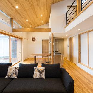 他の地域の和風のリビング・居間の画像 (独立型、白い壁、無垢フローリング、茶色い床)
