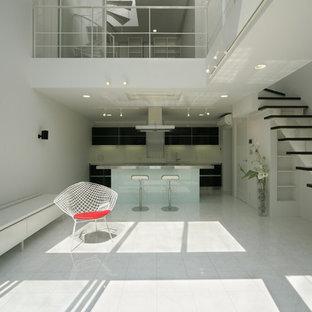 他の地域のモダンスタイルのおしゃれなLDK (白い壁、磁器タイルの床、暖炉なし、据え置き型テレビ、白い床) の写真