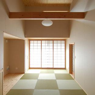 Asiatisches Wohnzimmer ohne Kamin mit weißer Wandfarbe, Tatami-Boden und grünem Boden in Sonstige