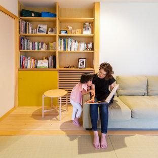 他の地域の中サイズのアジアンスタイルのおしゃれなリビング (ライブラリー、白い壁、淡色無垢フローリング、ベージュの床) の写真
