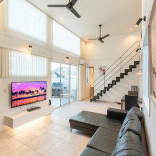 他の地域のモダンスタイルのおしゃれなLDK (白い壁、磁器タイルの床、壁掛け型テレビ、ベージュの床) の写真