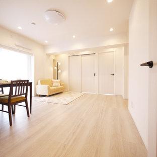 Offenes Nordisches Wohnzimmer mit weißer Wandfarbe, Sperrholzboden, beigem Boden, Tapetendecke und Tapetenwänden in Tokio