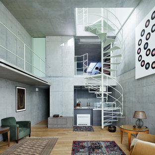 東京23区のインダストリアルスタイルのリビング・居間の画像 (グレーの壁、淡色無垢フローリング、テレビなし、LDK、ベージュの床)