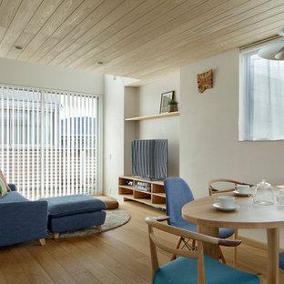 他の地域の北欧風 リビング・居間の画像 (白い壁、無垢フローリング、茶色い床)