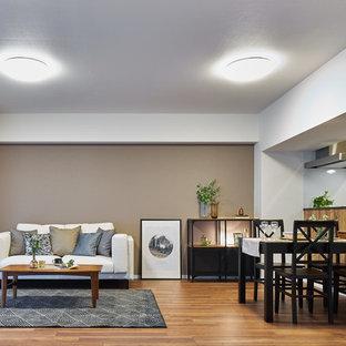 他の地域のミッドセンチュリースタイルのおしゃれなリビング (マルチカラーの壁、無垢フローリング、茶色い床) の写真