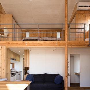 Diseño de salón abierto, campestre, pequeño, con paredes marrones, suelo de madera en tonos medios, televisor independiente y suelo marrón