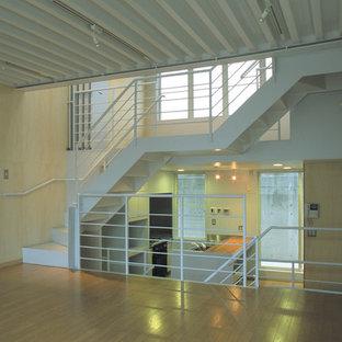 Свежая идея для дизайна: гостиная комната в стиле модернизм с бежевыми стенами, полом из фанеры и бежевым полом - отличное фото интерьера