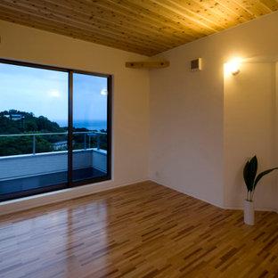 Kleines Modernes Wohnzimmer mit weißer Wandfarbe, Sperrholzboden, braunem Boden, Holzdecke und Tapetenwänden in Sonstige