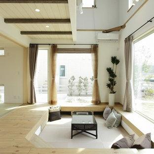 他の地域のカントリー風おしゃれなリビング (白い壁、淡色無垢フローリング、ベージュの床) の写真