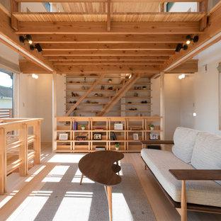 東京23区のアジアンスタイルのおしゃれなリビングロフト (白い壁、淡色無垢フローリング、茶色い床) の写真