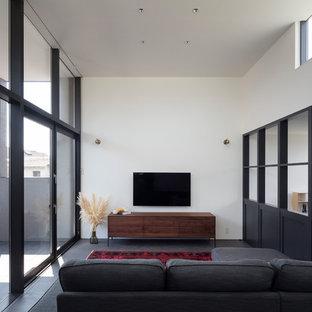 東京23区のラスティックスタイルのおしゃれなリビング (白い壁、壁掛け型テレビ、グレーの床) の写真