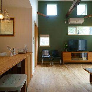東京23区のコンテンポラリースタイルのおしゃれなリビング (緑の壁、無垢フローリング、据え置き型テレビ、茶色い床) の写真