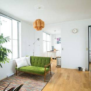 東京23区のエクレクティックスタイルのおしゃれなリビング (白い壁、無垢フローリング、据え置き型テレビ、茶色い床) の写真