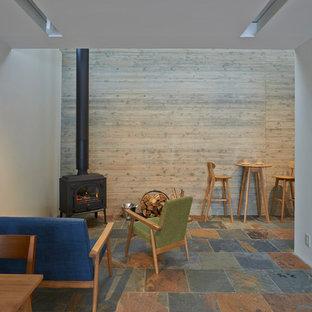 アジアンスタイルのおしゃれなLDK (白い壁、マルチカラーの床、薪ストーブ) の写真