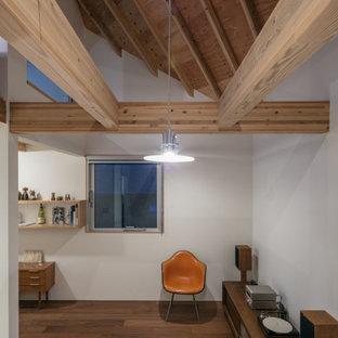 Idee per un piccolo soggiorno minimalista stile loft con pareti bianche, pavimento in compensato, nessun camino, nessuna TV e pavimento marrone