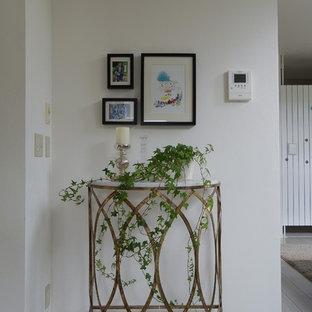 Modelo de salón abierto, moderno, con paredes blancas, suelo de contrachapado y suelo gris