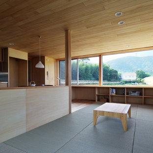 Modelo de salón para visitas abierto, minimalista, de tamaño medio, sin chimenea, con paredes beige, tatami, televisor independiente y suelo verde