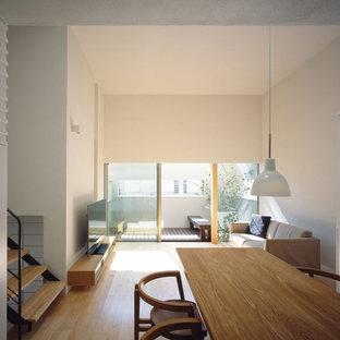 他の地域のモダンスタイルのおしゃれなLDK (白い壁、淡色無垢フローリング、据え置き型テレビ、茶色い床) の写真